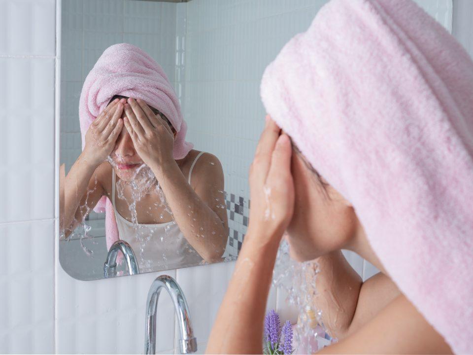 Membersihkan wajah untuk mencegah kerutan di dahi