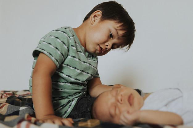 mengatasi kecemburuan anak pada adik