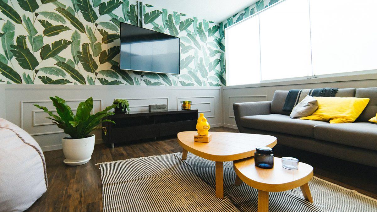 5 Rekomendasi Wallpaper Dinding Kece Untuk Ruang Tamu Berkeluarga