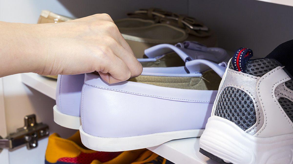 cara menghilangkan bau sepatu