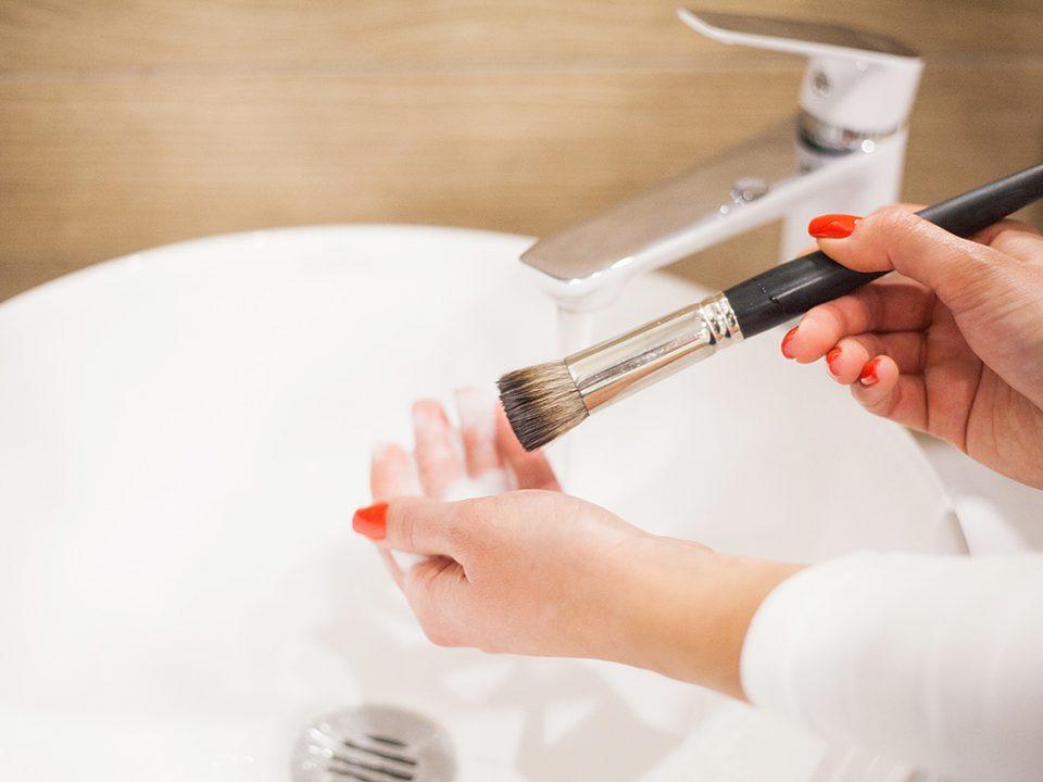 membersihkan brush makeup