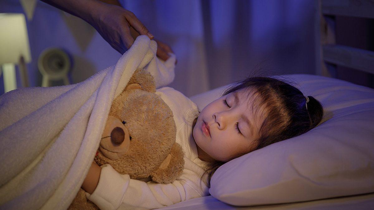 Cara membiasakan anak tidur sendiri