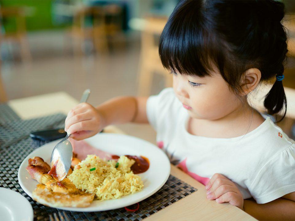 anak makan sendiri