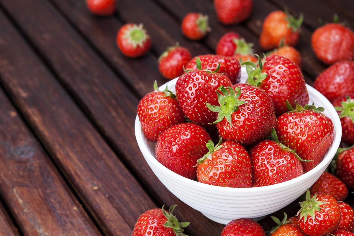 Bibir cerah dengan buah strawberry
