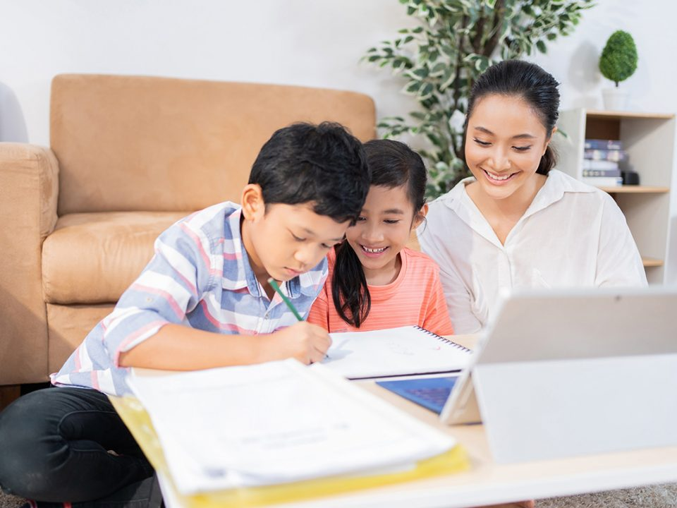 Cara melatih anak fokus sekolah online