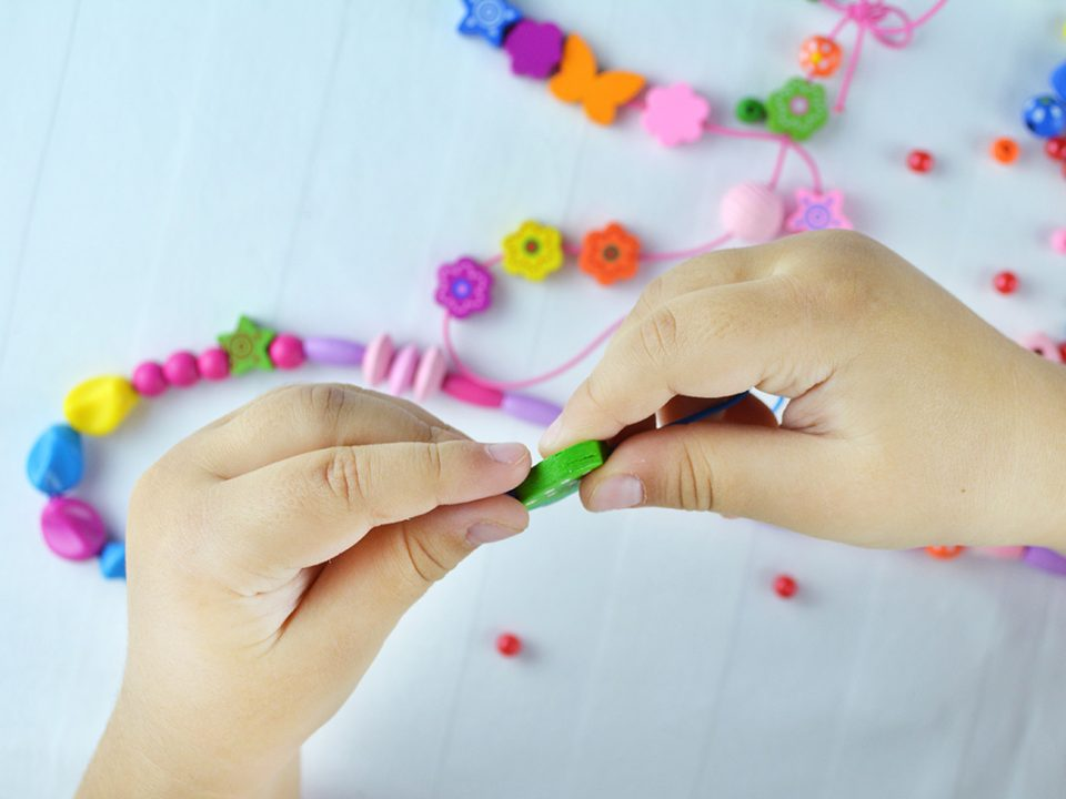 Manfaat meronce bagi tumbuh kembang anak