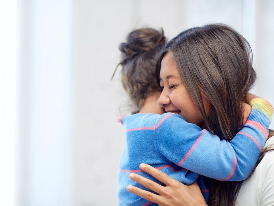 Manfaat memeluk anak