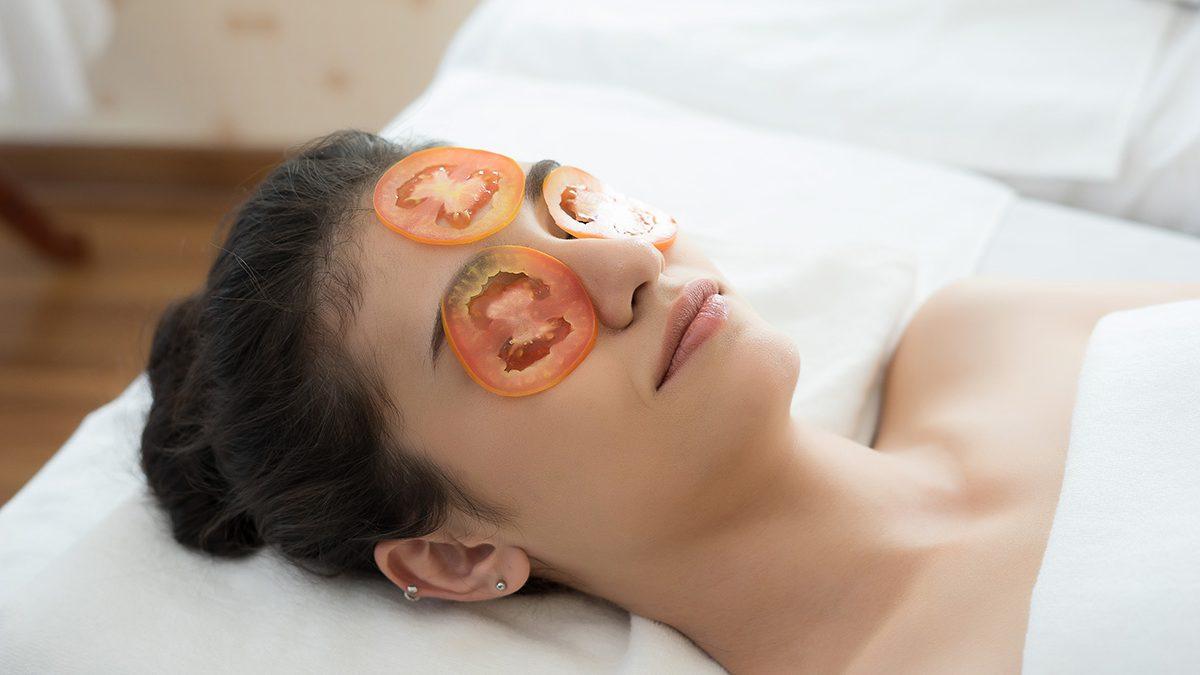 5 Manfaat Tomat Untuk Wajah Bikin Kulit Cerah Seketika Berkeluarga