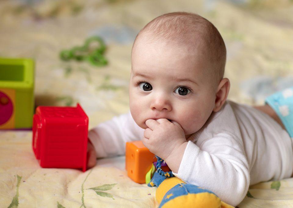 cara stimulasi bayi merangkak