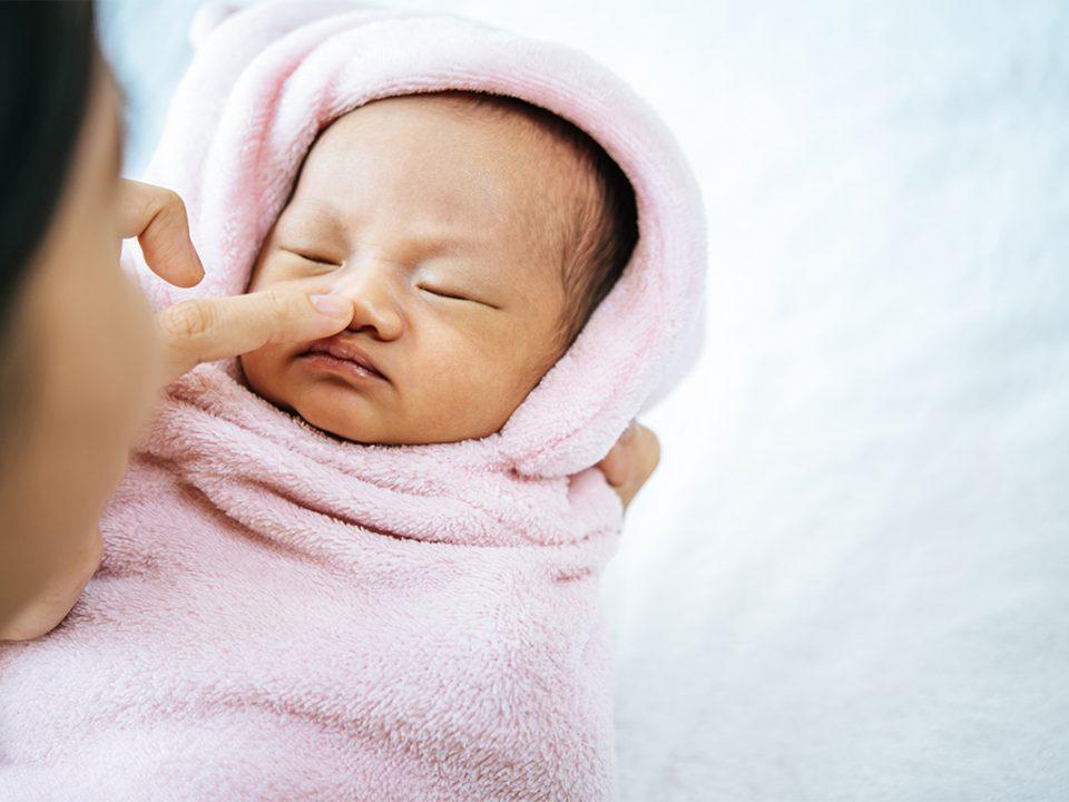 Membersihkan Hidung Bayi